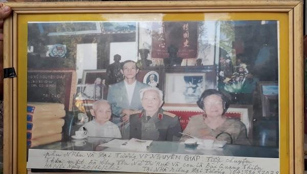 Tấm ảnh chụp bà Công Tôn Nữ Trí Huệ Kỷ với Đại tướng Võ Nguyên Giáp tại Hà Nội vào năm 2002