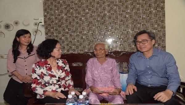 Đồng chí Trương Thị Mai và  Bí Thư Tỉnh ủy Bạc Liêu Nguyễn Quang Dương thăm và tặng quà cho mẹ VNAH Nguyễn Thị Hạnh.