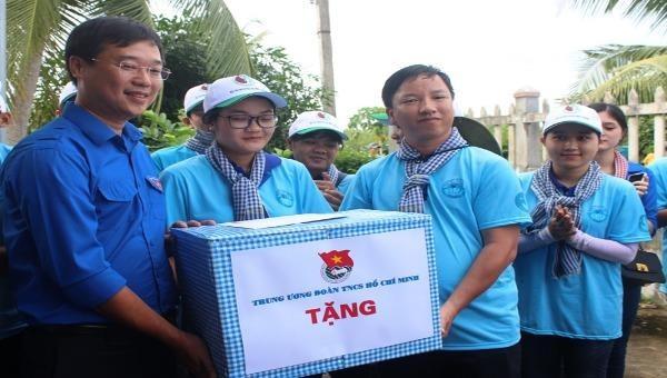 Đội hình TNTN Mùa hè xanh Trường Đại học Bạc Liêu nhận quà của Bí thư thứ nhất Trung ương Đoàn Lê Quốc Phong