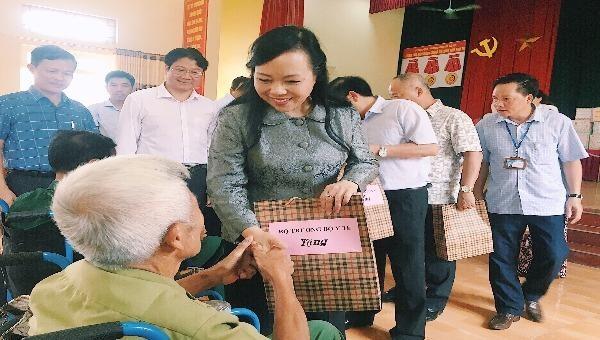 Bộ trưởng Bộ Y tế Nguyễn Thị Kim Tiến tặng quà cho các thương, bệnh binh tại Trung tâm