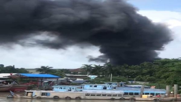 Cháy bãi phế liệu ở An Giang, cột khói đen cao hàng chục mét