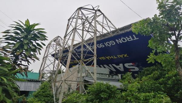 Bảng quảng cáo đổ sập làm thủng mái nhà người dân