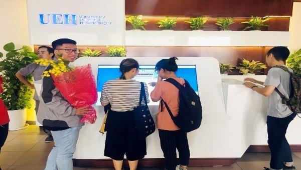 Sinh viên và phụ huynh sử dụng các chức năng của hệ thống chỉ dẫn tại ĐH Kinh tế TP HCM