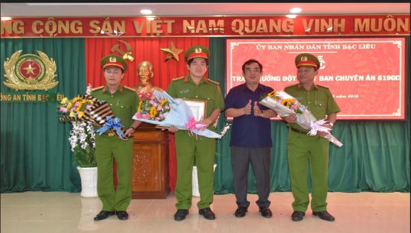 Ông Dương Thành Trung, Chủ tịch UBND tỉnh Bạc Liêu trao thưởng cho Ban Chuyên án (Ảnh: Trọng Nguyễn)