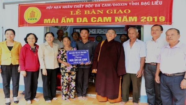 Hội Nạn nhân chất độc da cam/dioxin tỉnh Bạc Liêu trao nhà nhân ái cho anh Danh Út - một nạn nhân chất độc da cam ở huyện Hồng Dân.