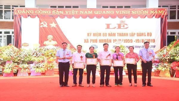 Các tập thể và cá nhân được tặng bằng khen vì có thành tích xuất sắc trong sự nghiệp xây dựng và phát triển Đảng bộ xã Phú Nhuận