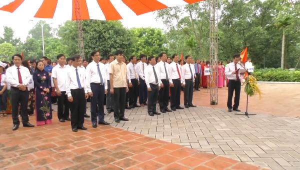 Đoàn đại biểu tỉnh Phú Thọ dâng hương tại Nhà lưu niệm Bác Hồ