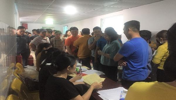 Rất đông người xếp hàng làm thủ tục hiến máu nhân đạo tại Bệnh viện Bình An