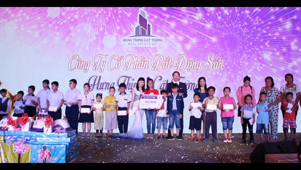 Bà Nguyễn Thị Cẩm Hồng - Chủ tịch Quỹ từ thiện trong một chương trình thiện nguyện xã hội