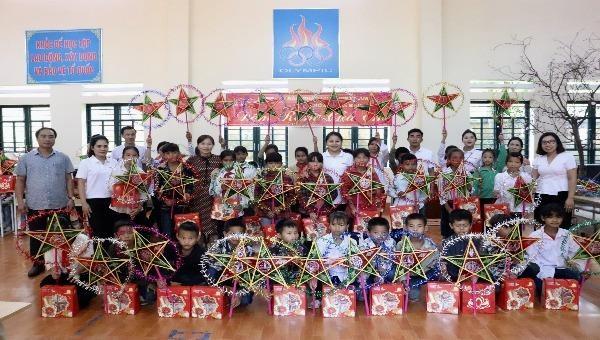 Báo Pháp luật Việt Nam tổ chức Trung thu cho các em nhỏ Lào Cai