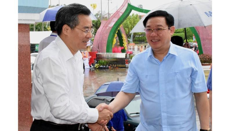 Phó Thủ tướng Chính phủ Vương Đình Huệ và Bí thư Tỉnh ủy Bạc Liêu Nguyễn Quang Dương tại hội nghị Tổng kết 10 năm xây dựng NTM khu vực Đông Nam Bộ và ĐBSCL