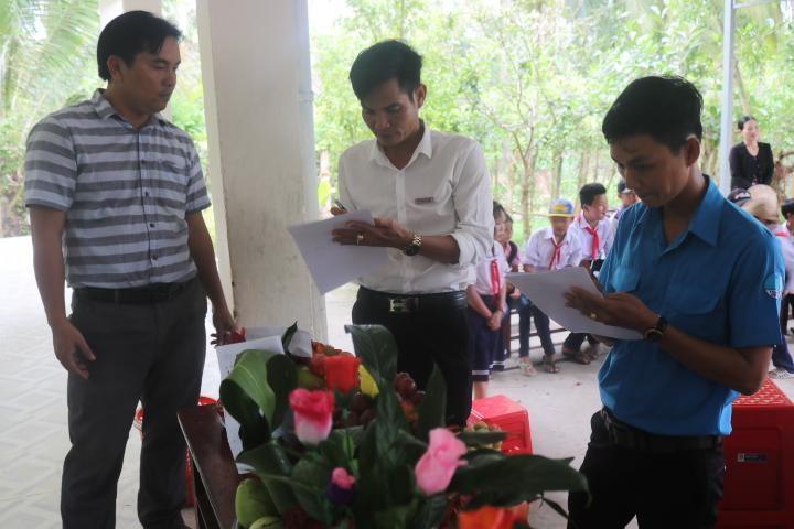 PV Báo Pháp Luật Việt Nam và các thầy cô  chấm điểm lồng đèn và mâm cỗ dự thi của các em học sinh