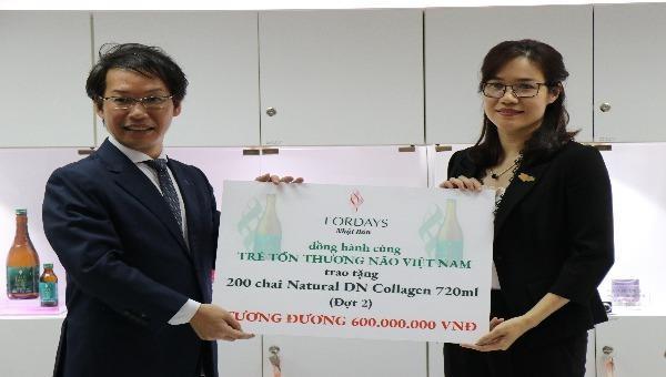 Ông Hirofumi Nakao - Tổng Giám đốc Fordays Việt Nam trao quà tặng trị giá 600 triệu đồng cho bà Đinh Thị Lan Anh - Chủ tịch CPFAV