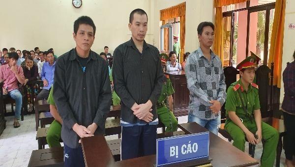 Bị cáo Nguyễn Anh Điền (giữa) lĩnh án 17 năm tù về tội giết người; bìa trái là bị cáo Phương, bìa phải là bị cáo Quy