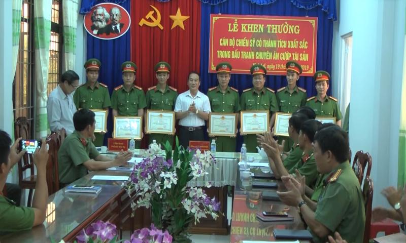 Ông Từ Minh Phúc - Chủ tịch UBND huyện Vĩnh Lợi trao giấy khen đột xuất cho cán bộ, chiến sĩ Công an huyện đã có thành tích xuất sắc trong công tác đấu tranh với tội phạm