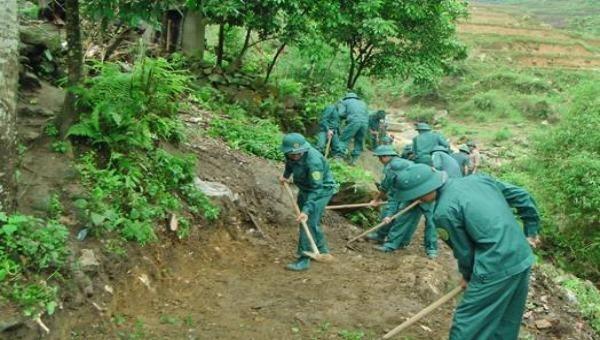 Lực lượng dân quân xã Cam Đường làm đường giao thông giúp thôn Láo Lý
