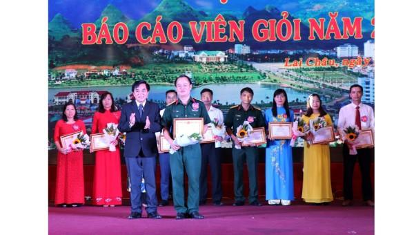 Lãnh đạo tỉnh Lai Châu trao bằng khen cho các báo cáo viên giỏi