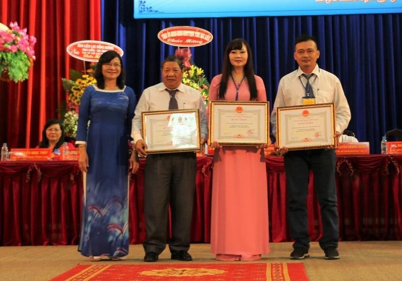 Bà Lâm Thị Sang - Phó Chủ tịch UBND tỉnh Bạc Liêu tặng bằng khen cho các đơn vị có thành tích trong việc phát triển Quỹ khuyến học, khuyến tài