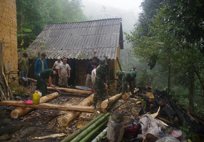 Cán bộ chiên sỹ Đồn Biên phòng Y Tý cùng ngươi dân địa phương dựng lại nhà cho gia đình bà Sò Gì Nhò