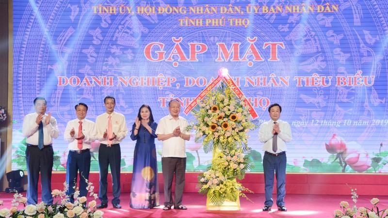 Ông Bùi Văn Quang - Phó Bí thư Tỉnh ủy, Chủ tịch UBND tỉnh tặng hoa chúc mừng các Doanh nghiệp, doanh nhân