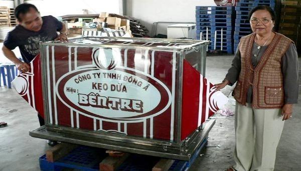 Doanh nhân Nguyễn Thị Tỏ (bìa phải) bên thương hiệu Kẹo dừa Bến Tre