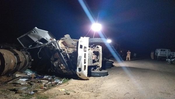 Lật xe tải chở đá, 2 người chết, 1 người bị thương