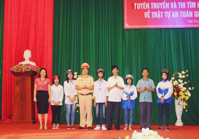 Đại diện sở GD và ĐT, Ban ATGT tỉnh, Công an tỉnh Phú Thọ và Hiệu trưởng nhà trường tặng quà cho các học sinh giao lưu trong buổi ngoại khóa