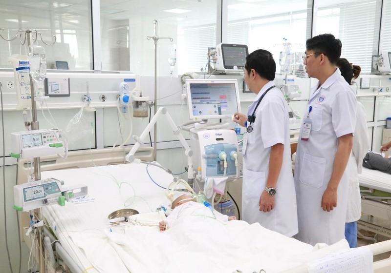 Bệnh nhi được chữa trị tích cực bằng phương pháp lọc máu liên tục (CVVH) kết hợp với  máy thở cao tần (HFO)