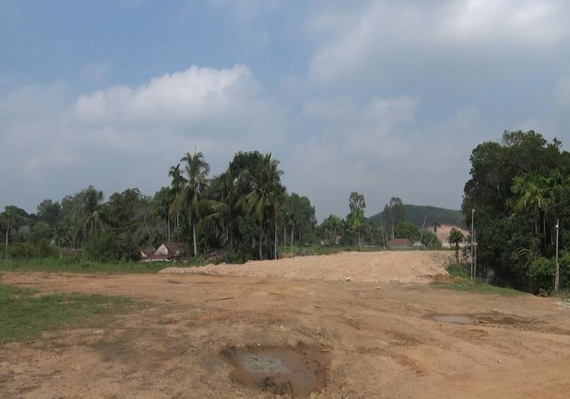Chưa hoàn tất công tác đền bù, giải phóng mặt bằng nhưng chủ đầu tư dự án đã cho đổ đất san lấp và rao bán đất (Ảnh: Danh Tạo)