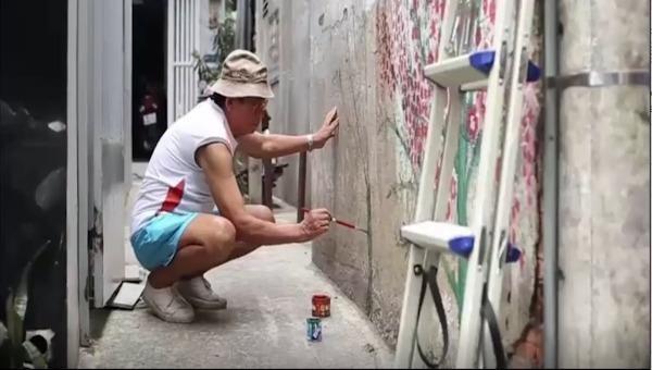 Họa sĩ Nguyễn Văn Minh cặm cụi, say mê sáng tác những bức tranh tường