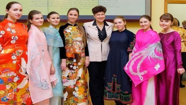 Giới thiệu bộ sưu tập Áo dài Việt của NTK Minh Hạnh tại Liên bang Nga