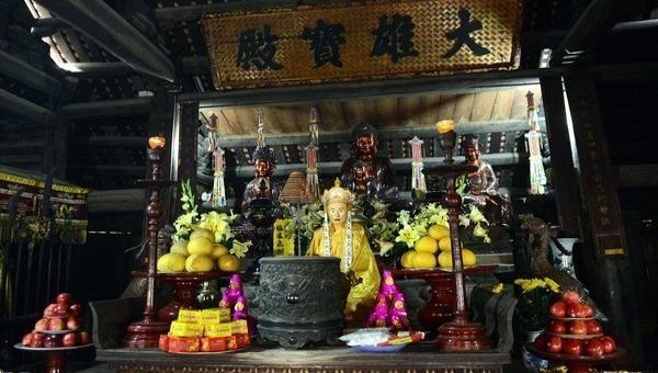 Bộ tượng Di Đà Tam Tôn trong chùa Thầy