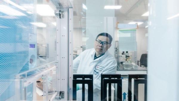 Nhà nghiên cứu của Gilead Sciences tại phòng thí nghiệm (ảnh: WSJ chụp ngày 10/2)