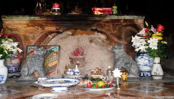 Tổ mối khổng lồ vùi nấp gần hết bát hương giữa gian thờ chính