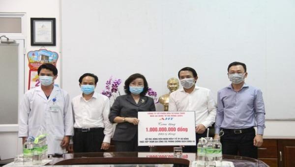 Đại diện Công ty CP Đầu tư Khai thác nhà ga Quốc tế Đà Nẵng trao tặng một tỷ đồng hỗ trợ ngành y tế Đà Nẵng chống dịch Covid-19