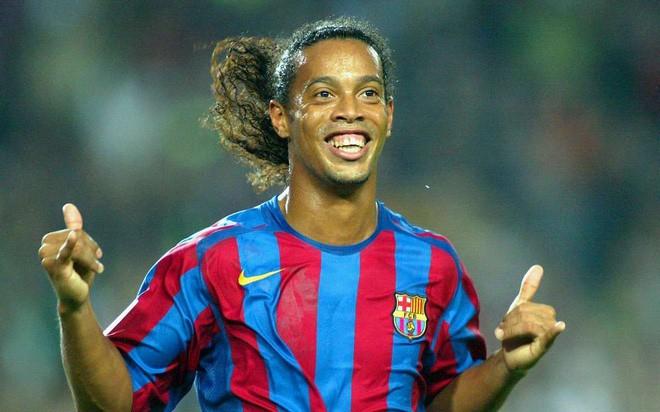 """""""Vũ công huyền thoại"""" Ronaldinho nhảy lạc nhịp?"""