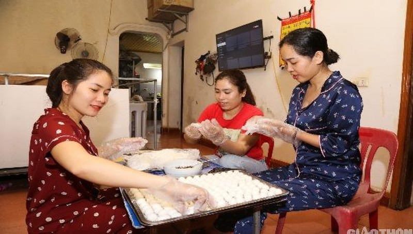Sếp và nhân viên Công ty SAB cùng làm bánh bán online