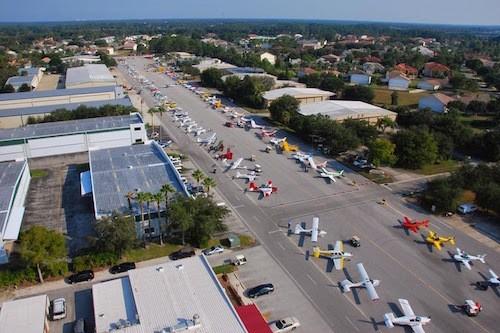 Máy bay đậu đầy đường ở thị trấn Spruce Creek