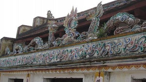 Hình ảnh đôi rồng chầu mặt nguyệt thường thấy ở các chùa, đình, đền cổ