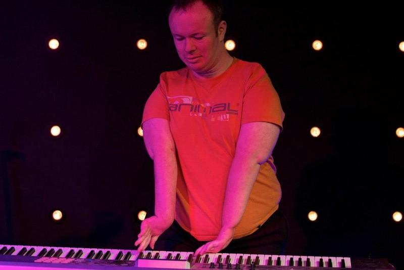 Bị co cứng khớp vẫn trở thành nghệ sĩ piano nổi tiếng thế giới