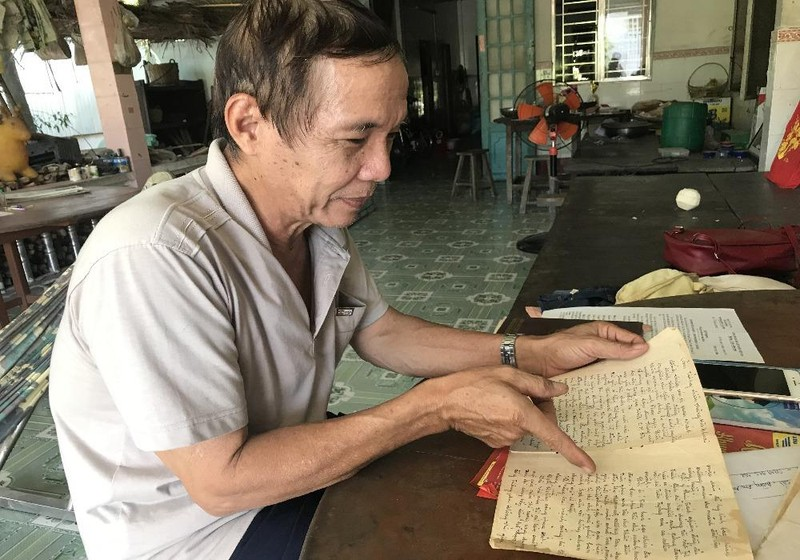 Ông Trần Hùng Việt - cháu gọi Liệt sĩ Phan Ngọc Hiển là cậu Năm bên những tư liệu gia đình còn lưu giữ