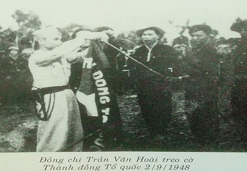 Ảnh tư liệu ông Trần Văn Hoài (1914 - 1949) treo cờ Thành đồng Tổ quốc ngày 2/9/1948