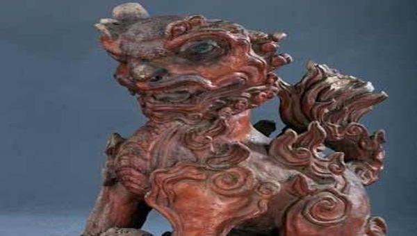 Tượng lân hí cầu, bằng sành, thời Nguyễn thế kỷ 19.