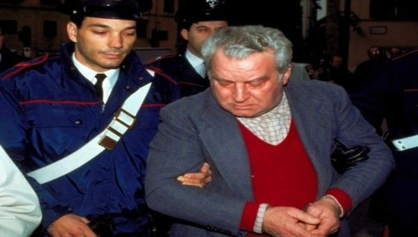 Cảnh sát dẫn giải hung thủ Pacciani Piatro