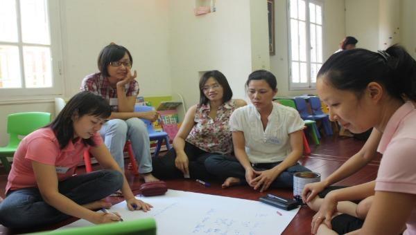Một buổi sinh hoạt của Câu lạc bộ học kỹ năng làm bạn với con tại Hà Nội