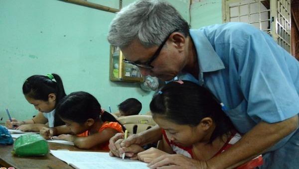"""Lớp học tình thương của """"ông giáo"""" Sài Gòn"""