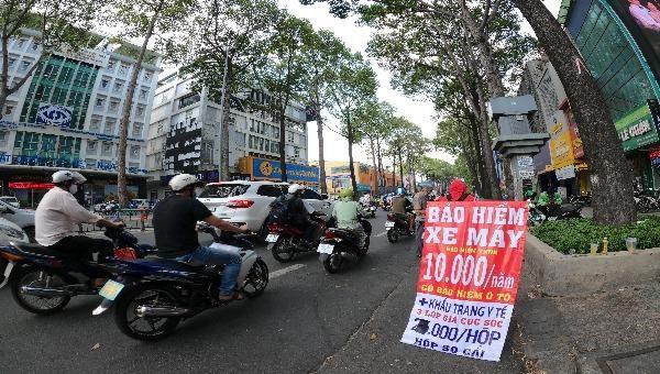 Bảo hiểm xe giá rẻ được bày bán công khai, tấp nập trên đường 3/2.TP Hồ Chí Minh