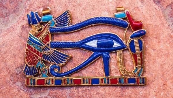 Lá bùa nổi tiếng mang hình con mắt Ai Cập