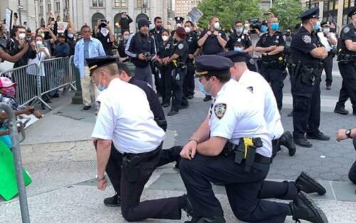 Bức ảnh chụp cảnh sát Mỹ quỳ gối trước những người biểu tình sau cái chết của ông George Floyd