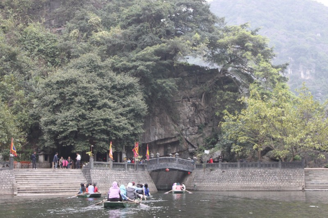 Cửa đền đức thánh Quý Minh bên bến Tràng An.